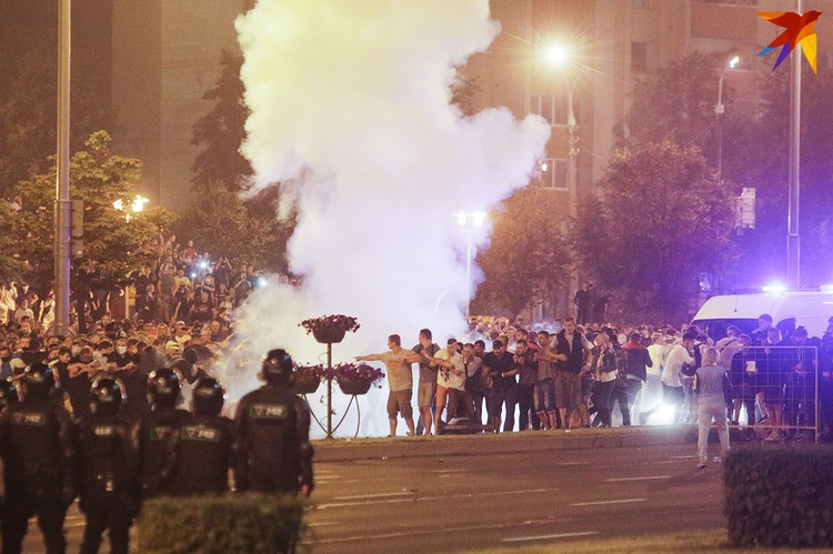 В столице были колонны военной техники, бойцы в бронежилетах, светошумовые гранаты.