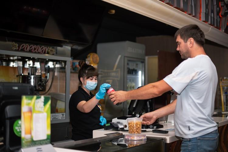 Работники кинотеатра - в масках и перчатках
