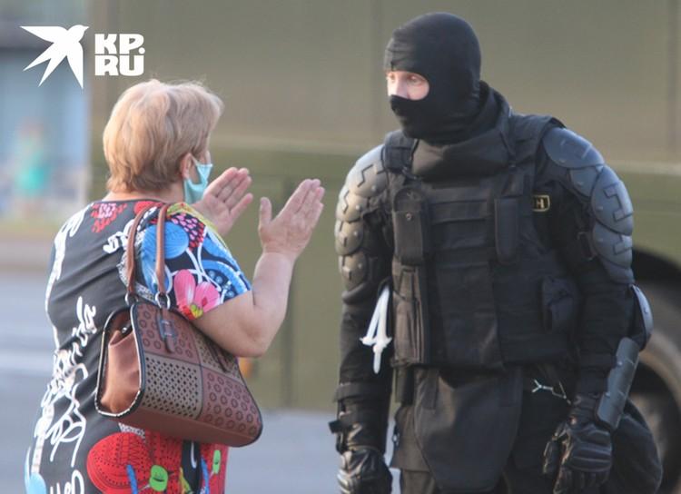 Женщина спорит с омоновцем на одной из улиц Минска.