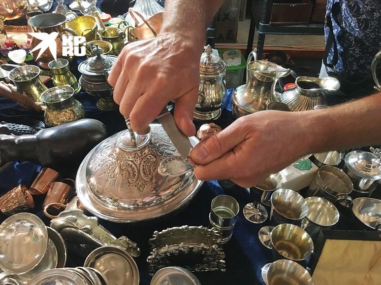Посеребренная посуда из Франции - продавец демонстрирует, насколько толст верхний слой