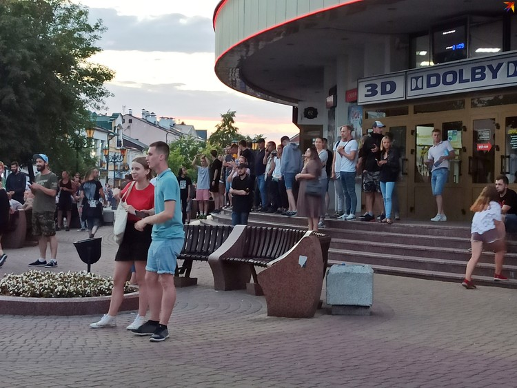 Люди на Советской встречают ОМОН на ступеньках кинотеатра Беларусь.