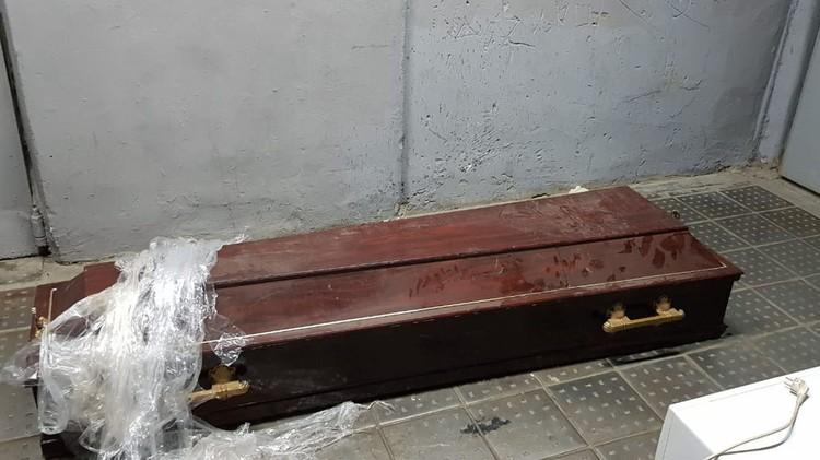 Был заказан большой гроб, сделанный под винтаж.