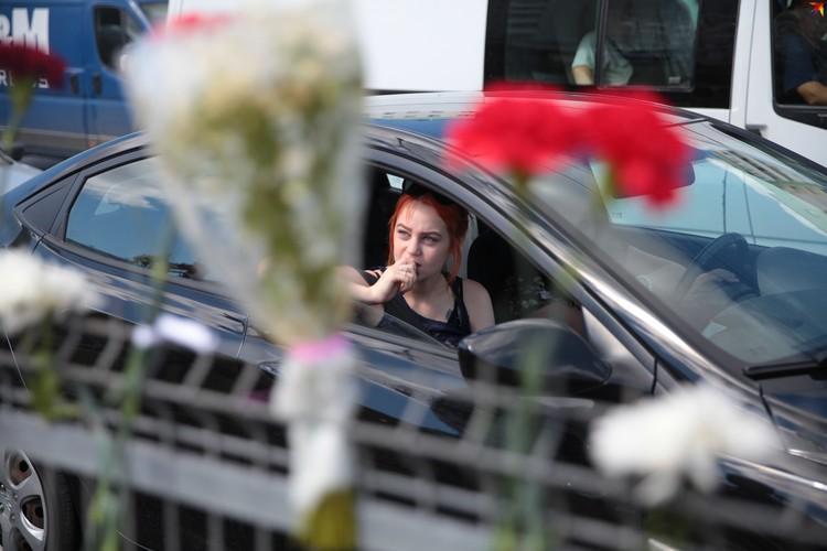 Автомобили, проезжающие мимо, сигналят в знак солидарности с протестующими