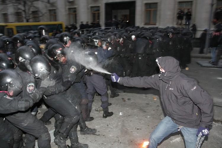 Перехват оппозицией монополии государства на насилие - один из тревожных для действующей власти звонков.