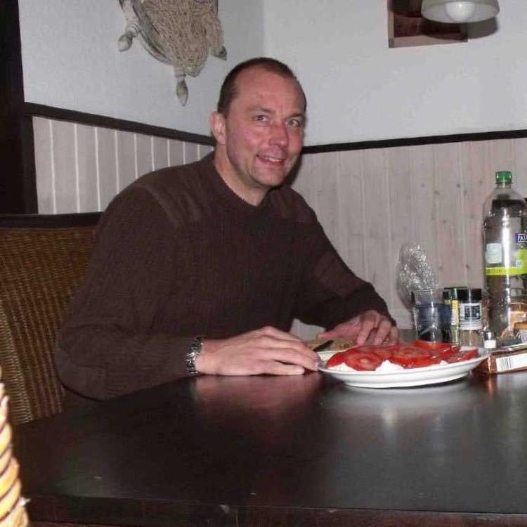 Тони писал, что не пьет и не курит, прикрепив к письму это фото.