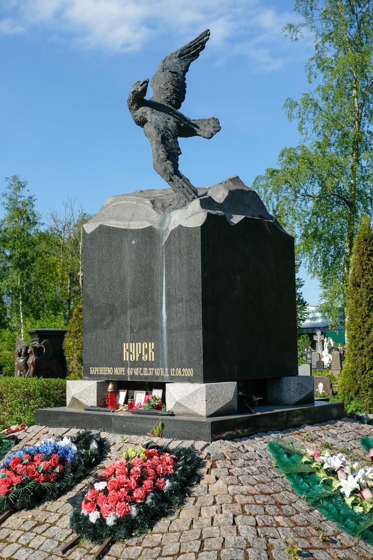 """Мемориал """"Курску"""" стоит на Серафимовском кладбище в Петербурге"""