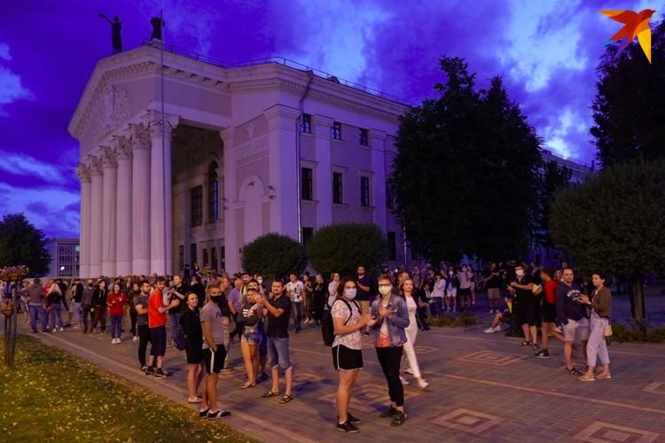 Гомельчане собираются на протест у главной площади города возле драмтеатра