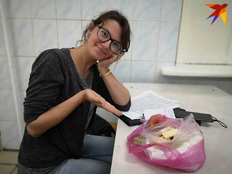 Независимый наблюдатель Анастасия с едой, которую только что принесли для нее незнакомые люди.