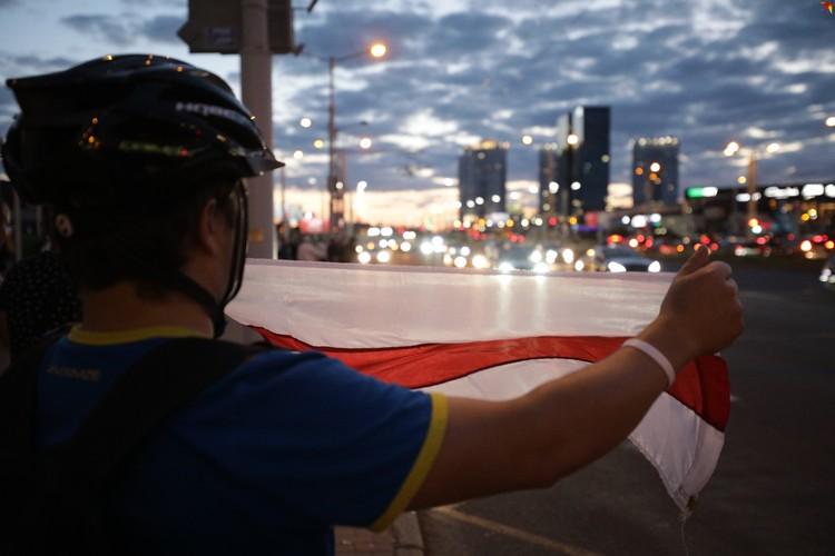 Протестующие выстраивались вдоль дороги. Некоторые были с флагами