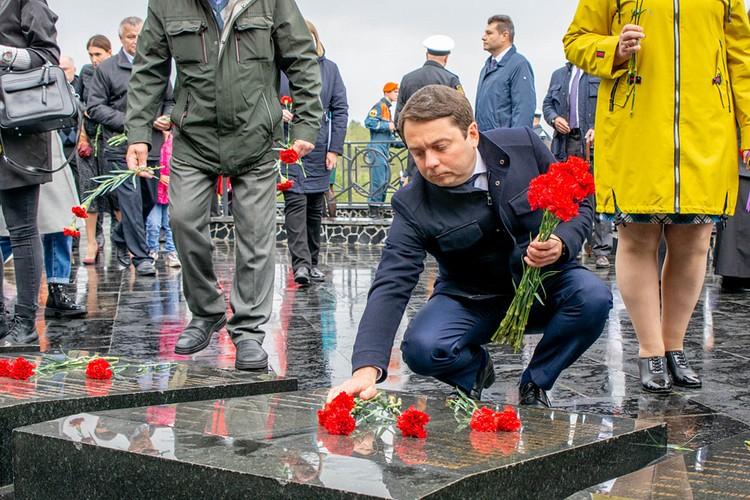 """Андрей Чибис прервал свой отпуск, чтобы почтить память экипажа """"Курска"""". Фото: Правительство Мурманской области"""