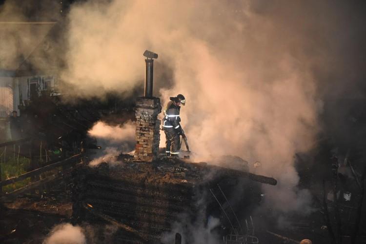 Во время пожара полностью сгорел один дом