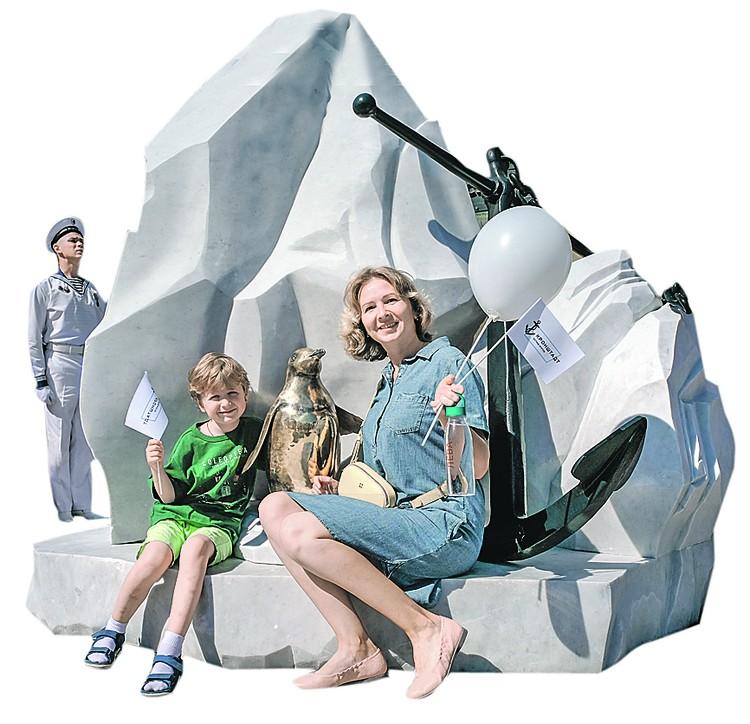 Необычные скульптурные композиции в тематических зонах Аллеи героев российского флота стали популярными фотозонами.