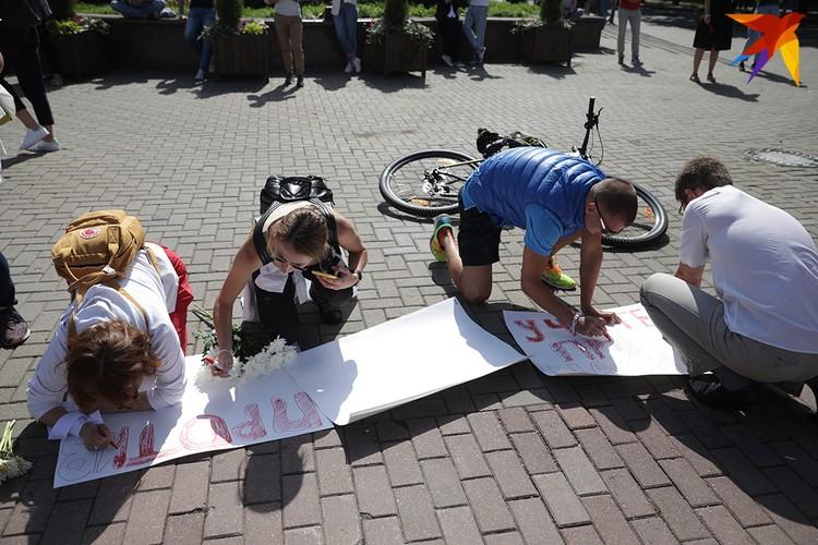 А некоторые рисовали свои плакаты прямо на площади.