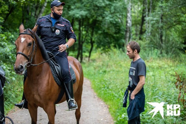 Не все отдыхающие адекватно воспринимают полицейских-кавалеристов.