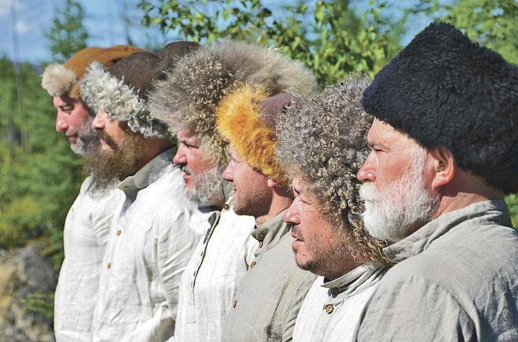 А иногда приходилось становиться актерами. Вот так члены нашей группы выглядели на съемках фильма «Иван Москвитин. Путь к океану». В нем - о том, как в 1639 году томский казак Иван Москвитин со своим отрядом первым из европейцев вышел к Тихому океану.