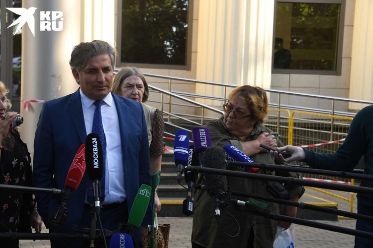 За актёра в зале заседаний бился его адвокат Эльман Пашаев.
