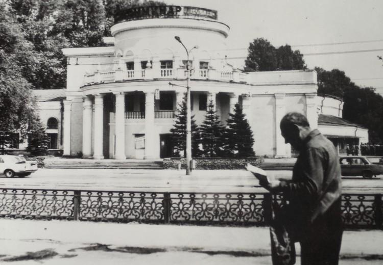 Так выглядело ограждение на проспекте Металлургов в 1994 году.