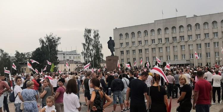 Люди собрались на площади, хоть это мероприятие уже считается несанкционированным.
