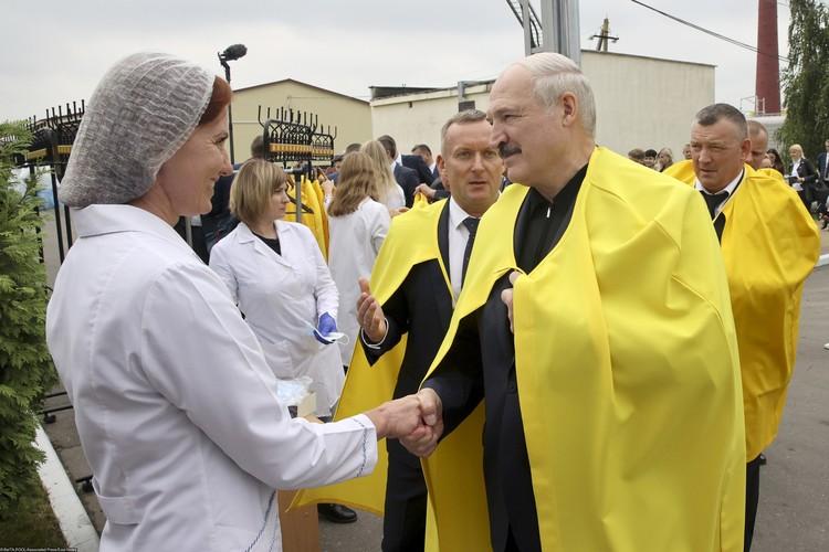 Александр Лукашенко поблагодарил работников агрокомбината за то, что продолжают трудиться.
