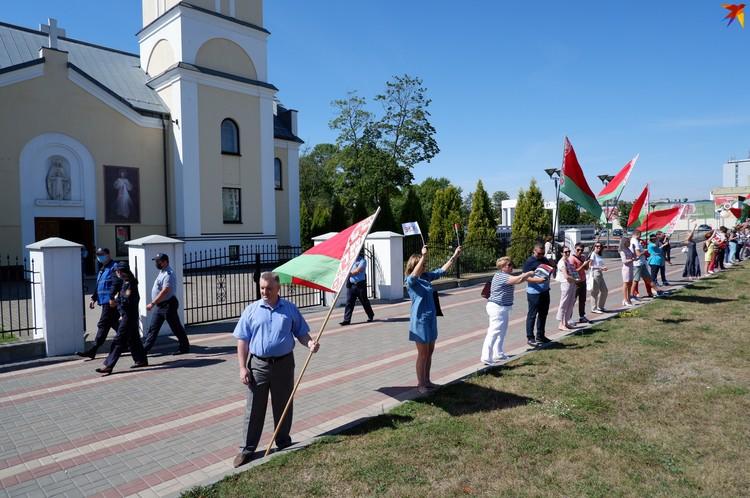 Вместо цепочки солидарности место у костела заняли сторонники власти