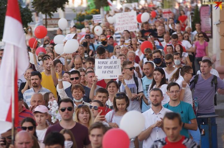 Среди участников марша - много христианских верующих, которые несли плакаты с цитатами из Библии