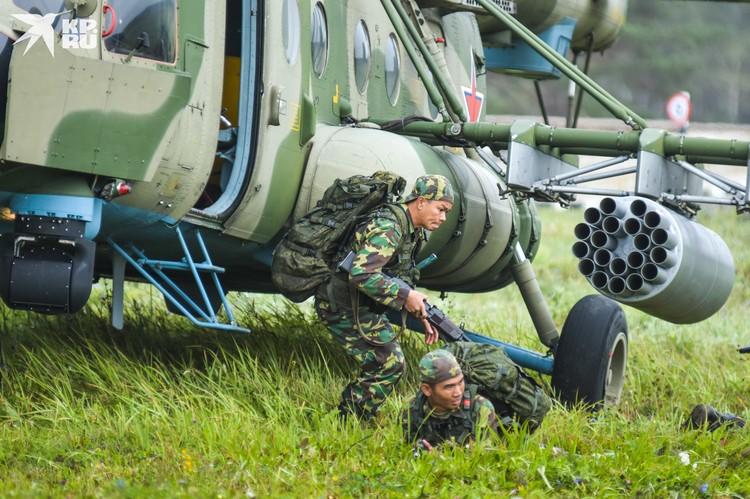 Курсанты из Лаоса — небольшого роста, зато умеют метко стрелять.