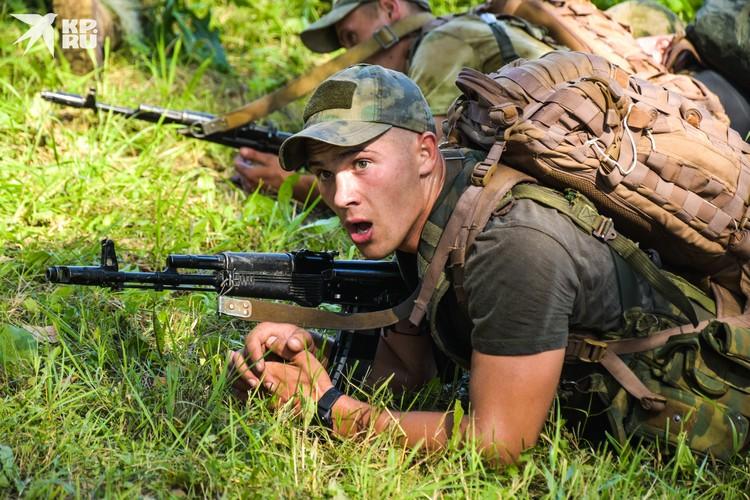 Позади — 18 километров по лесу и грязи, в полной боевой выкладке — с оружием и 15-килограммовым рюкзаком.