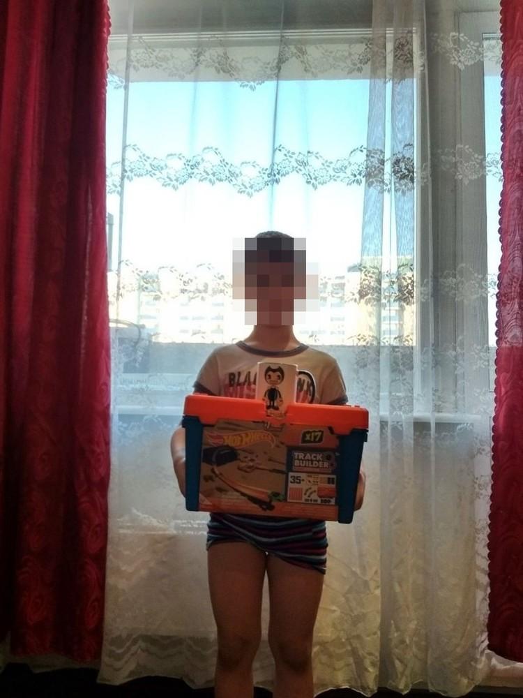 Подарки Максим получает от папы и родной тети. Фото: личный архив героя.
