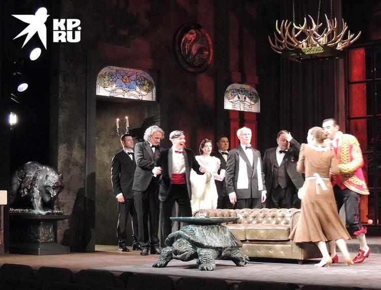 Фрагмент спектакля «И никого не стало» показали журналистам.