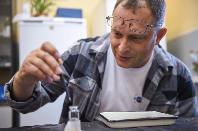 Старший научный сотрудник Института биофизики СО РАН Александр Толомеев готовит к транспортировке пробы живых организмов: зообентос, зоопланктон, фитопланктон и бактериопланктон