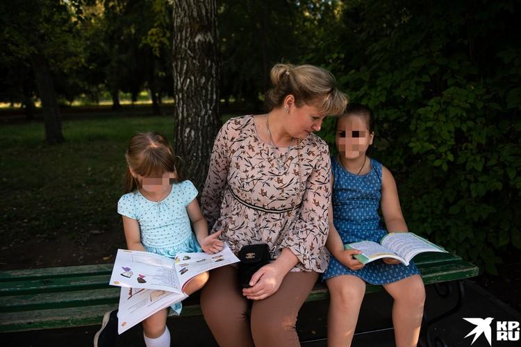 Младшая из девочек еще в детском саду, старшая в этом году идет в 4 класс
