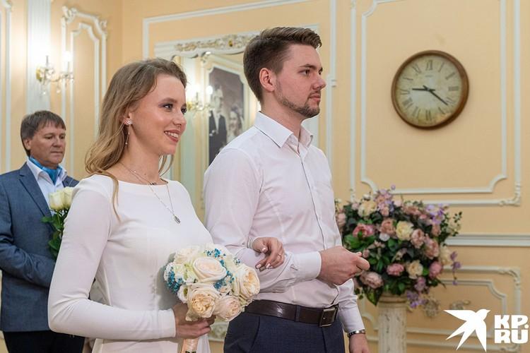 Всеволод и Ася решили жениться, когда на часах было 21.30.