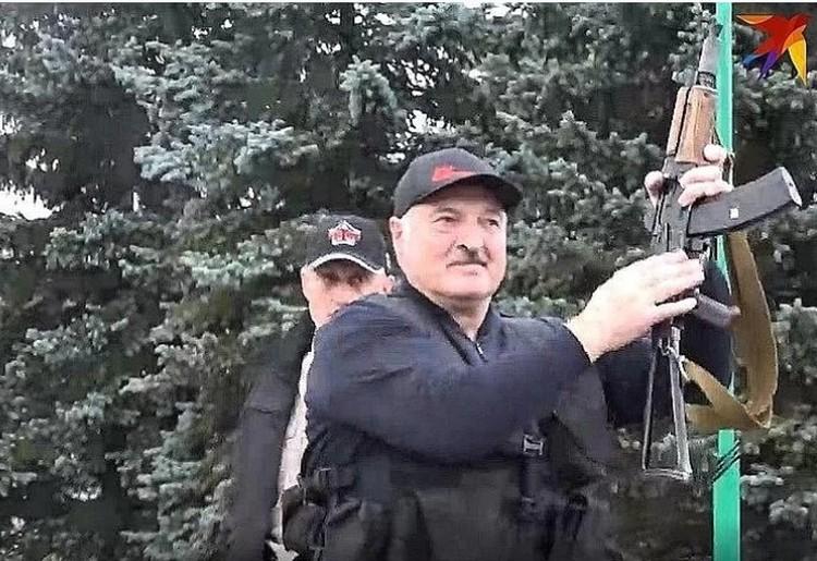 """Лукашенко попросил не критиковать его за то, что 23 августа он с автоматом в руках ходил по своей резиденции и общался с силовиками. Фото: Telegram-канал """"Пул Первого""""."""