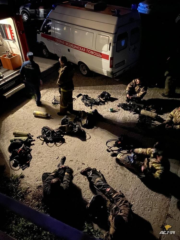 Возле здания дежурят не только пожарные, но и медики. Фото: Новосибирская служба эвакуации «АСТ-54»