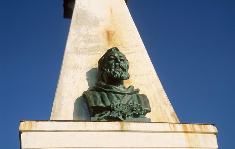 Бюст Семену Дежневу на маяке у Берингова пролива