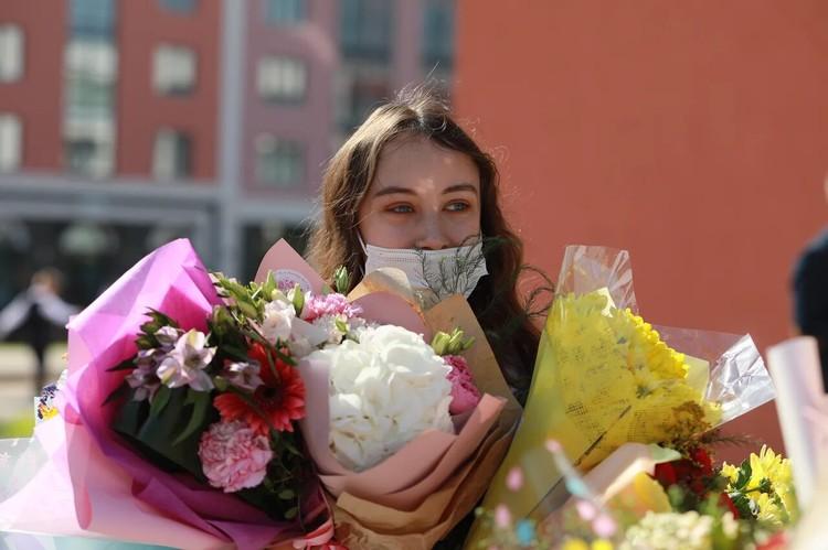 Молодую учительницу завалили букетами цветов - хорошее начало учебного года