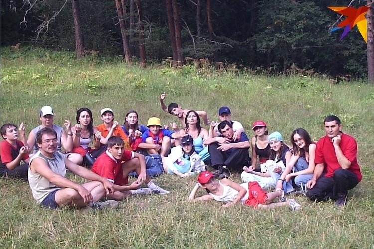 Спасатель Лаврентий Перисаев в походе со спасенными им и его коллегами детьми