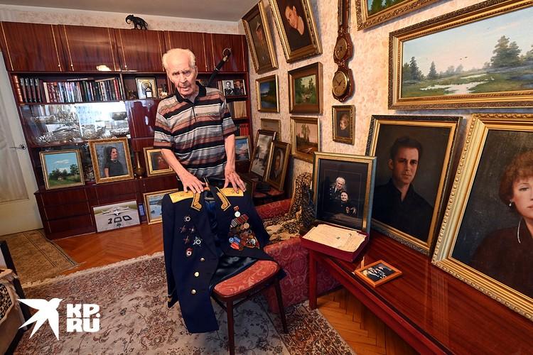 Квартира Алексея Никифоровича напоминает картинную галерею