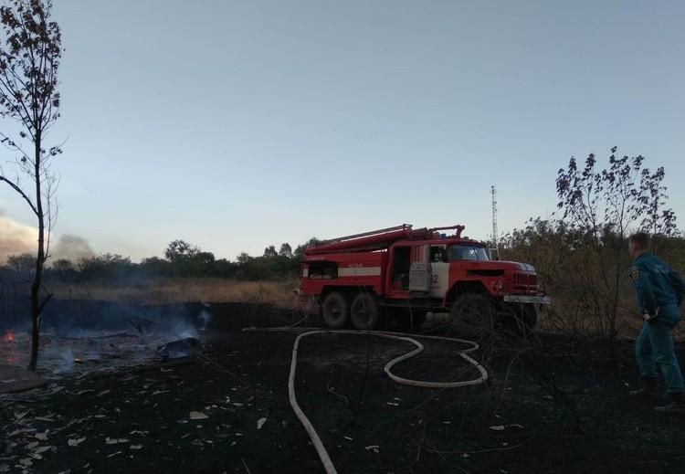 К тушению пожаров в четырех районах Ростовской области привлечено 406 человек и 120 единицы техники. Фото: Главное управление МЧС России по Ростовской области