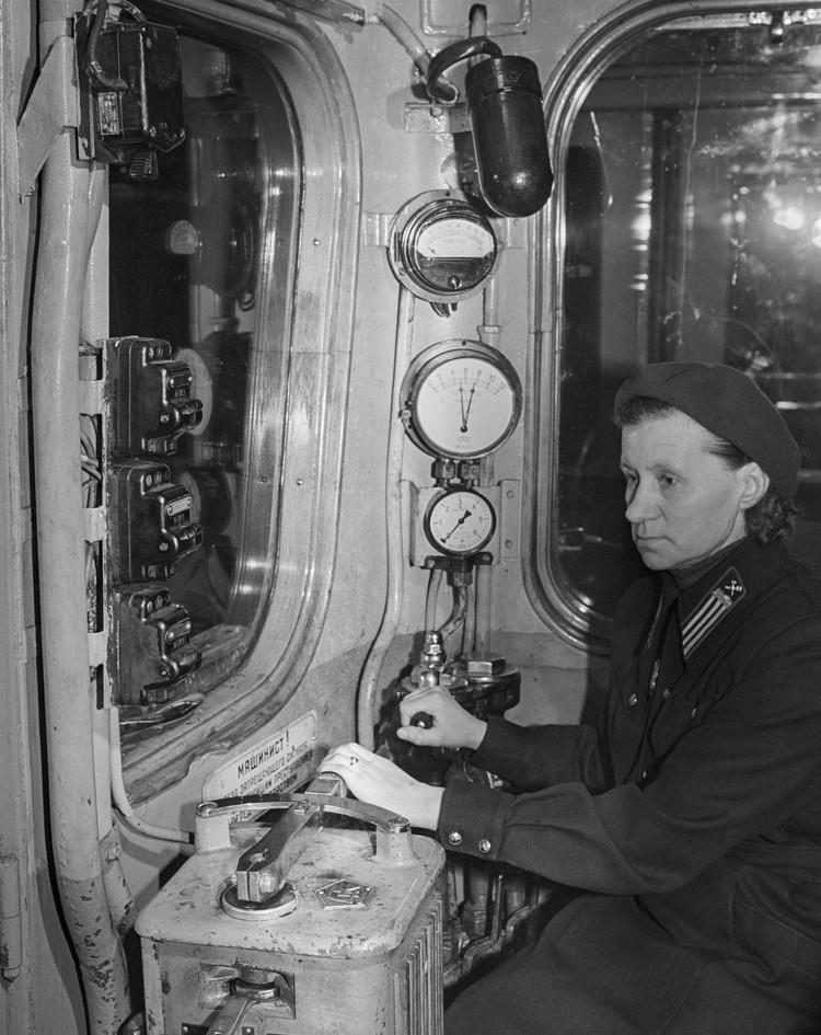 Машинист в кабине электропоезда конца 50-х годов. Фотохроника ТАСС.