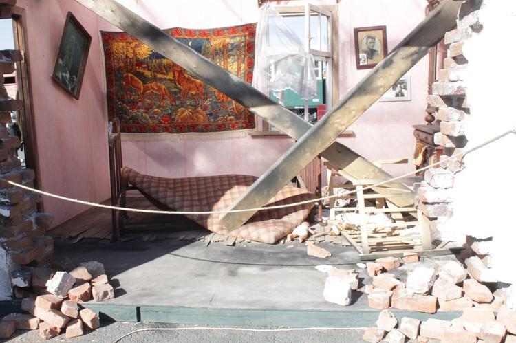 В эту комнату попал снаряд при бомбежке