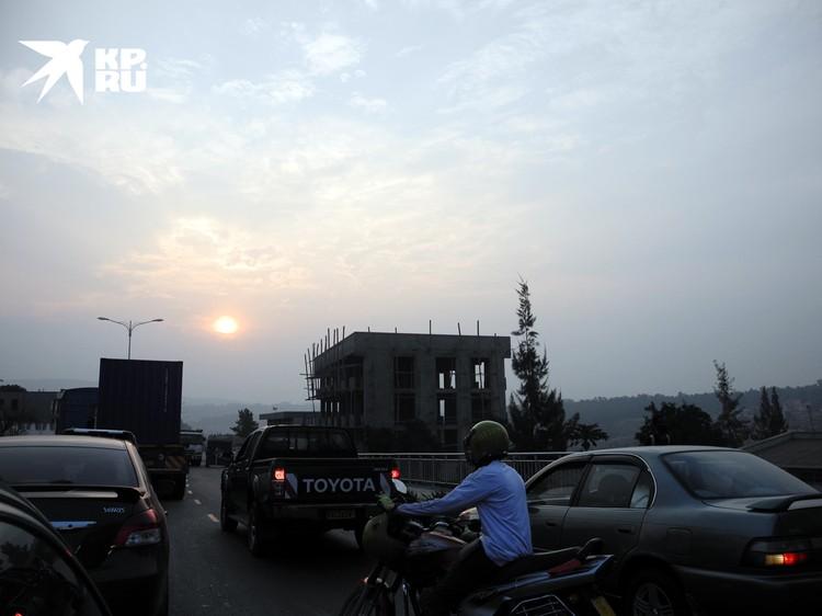 Кигали напоминает китайские мегаполисы. Стройки, пробки, мопеды