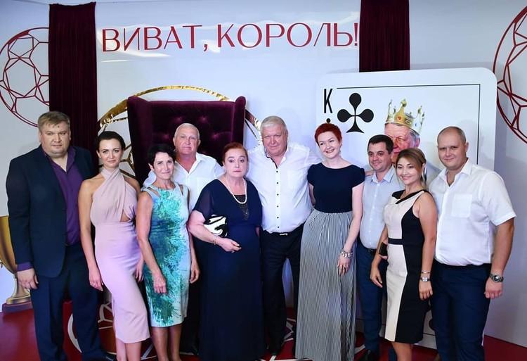 Евгений Трефилов с гостями торжества. Фото: Федерация гандбола России