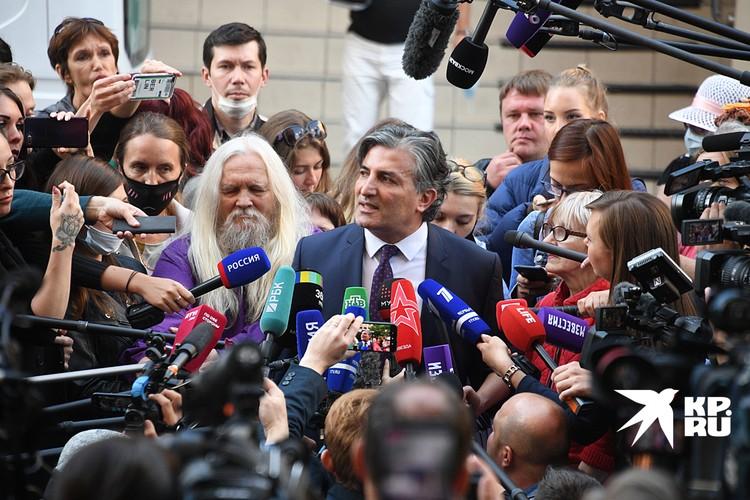"""Эльман Пашаев долго интриговал, обещая прессе """"сенсацию в суде"""", и в конце концов заявил: за рулем был другой человек"""