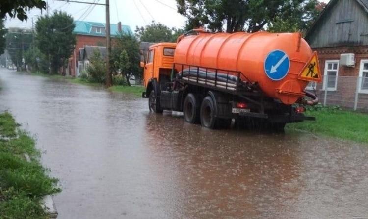 Водооткачивающая техника работает на улицах города. Фото: администрация Краснодара