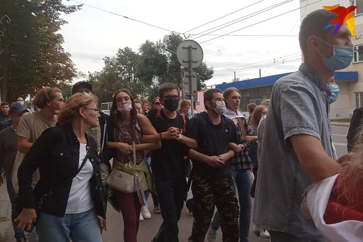 """Когда приближались сотрудники милиции, протестующие становились в сцепку и скандировали """"Один за всех и все за одлного""""."""