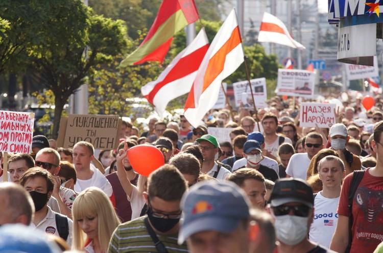 Некоторые пришли сразу с двумя белорусскими флагами