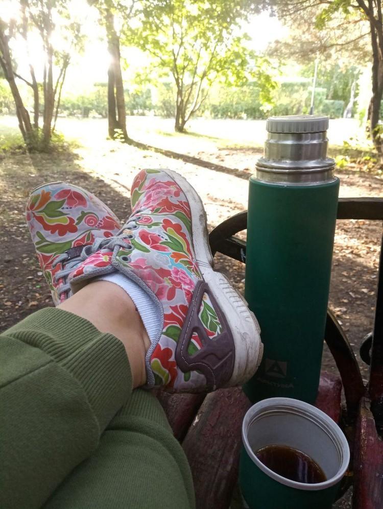 Когда врачи разрешили 15-минутные прогулки в сквере возле дома, я собиралась будто в путешествие. В пять утра собрала в рюкзак термос с кофе и книжку. Она не пригодилась, я просто наслаждалась свежим воздухом и рассветом
