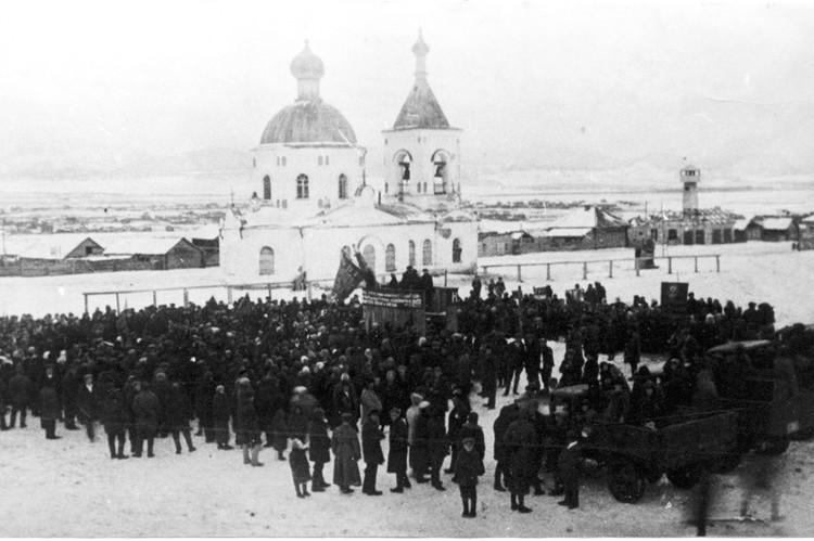 Таким был Христорождественский храм в селе Таштып. Это фото сделано во время митинга 7 ноября 1942 года