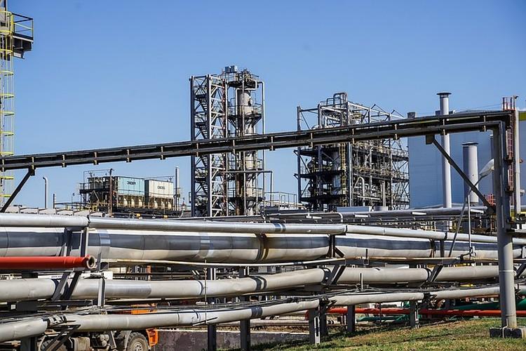 Все нефтепродукты передвигаются по трубопроводам.